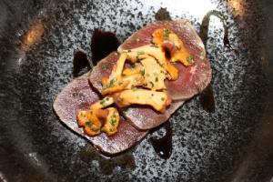Ravintola Helsinki peuranpaisti katajanmarjaa ja pikkelöityä sientä